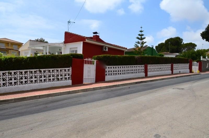 Очень красивая вилла в престижном районе Торревьехи  Los-Balcones.