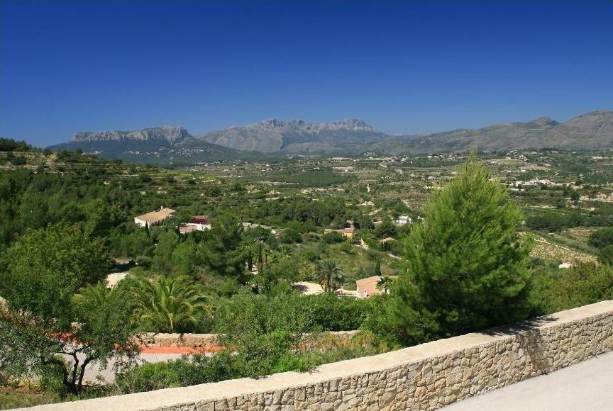 Вилла с большим участком и видом на горы в Бенисе
