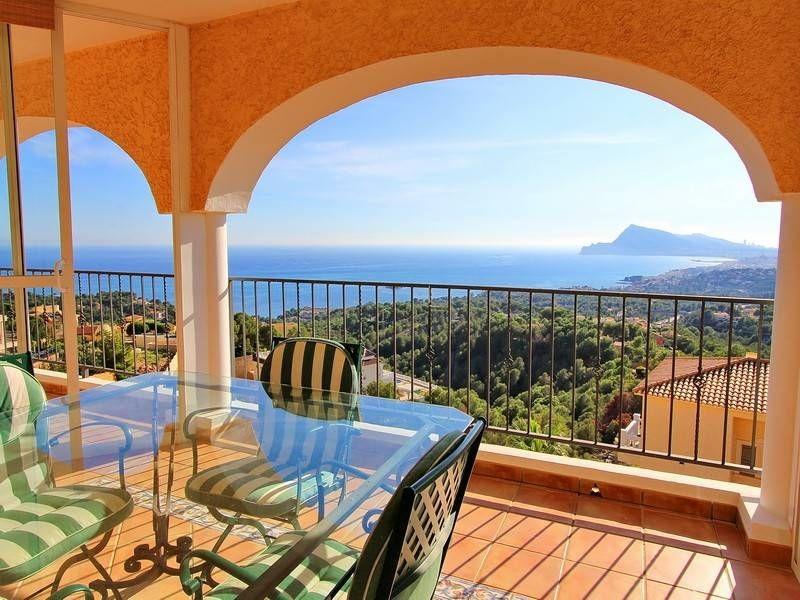 Вилла на холме с великолепным видом на море в Альтеа