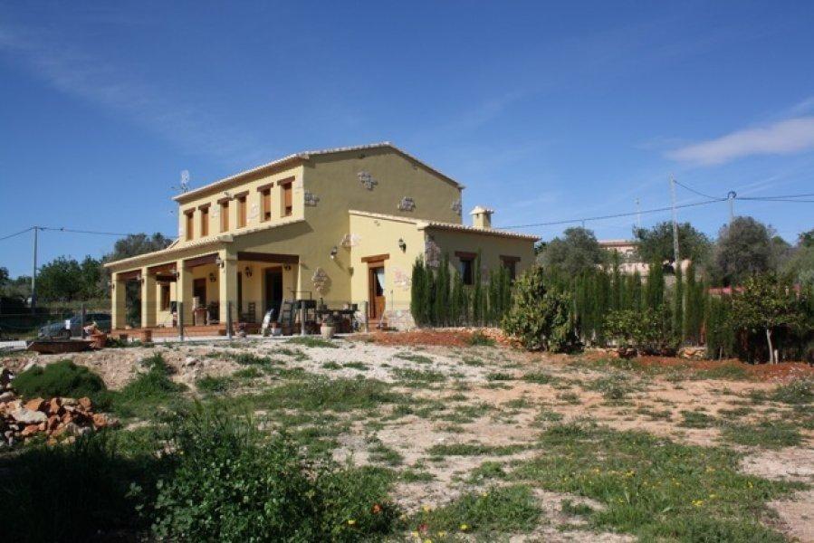 Загородный дом с огромным участком в Бениссе