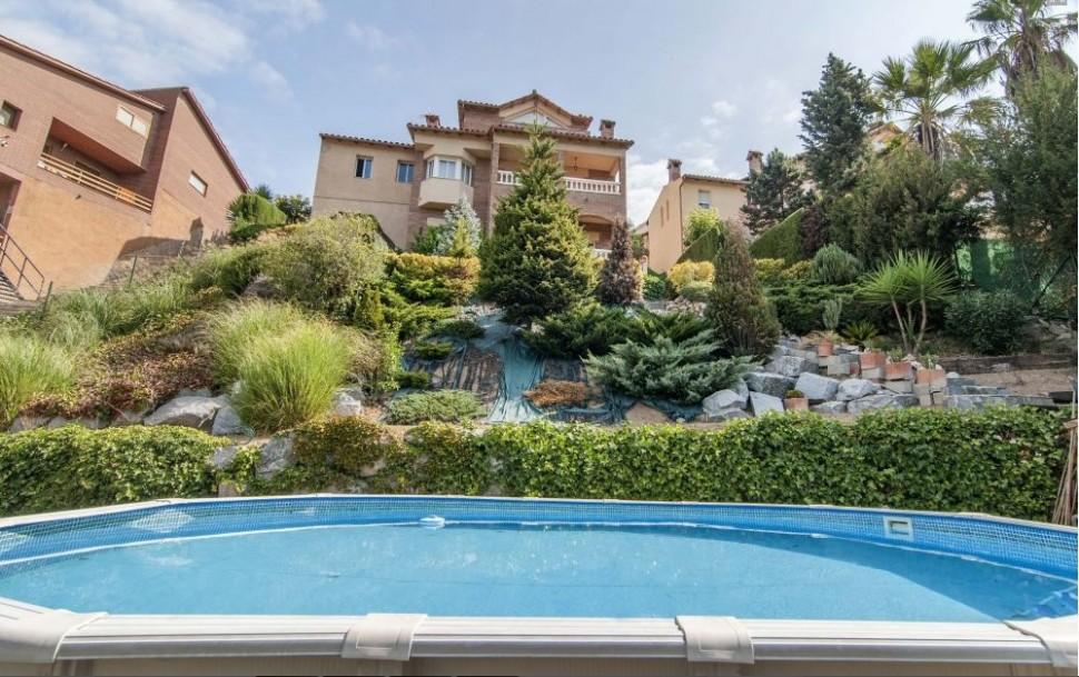 Красивый дом с видом на горы в Барселоне