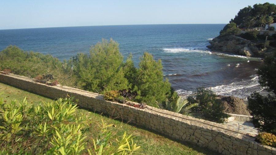 Вилла на берегу моря с гостевыми апартаментами в Бениссе