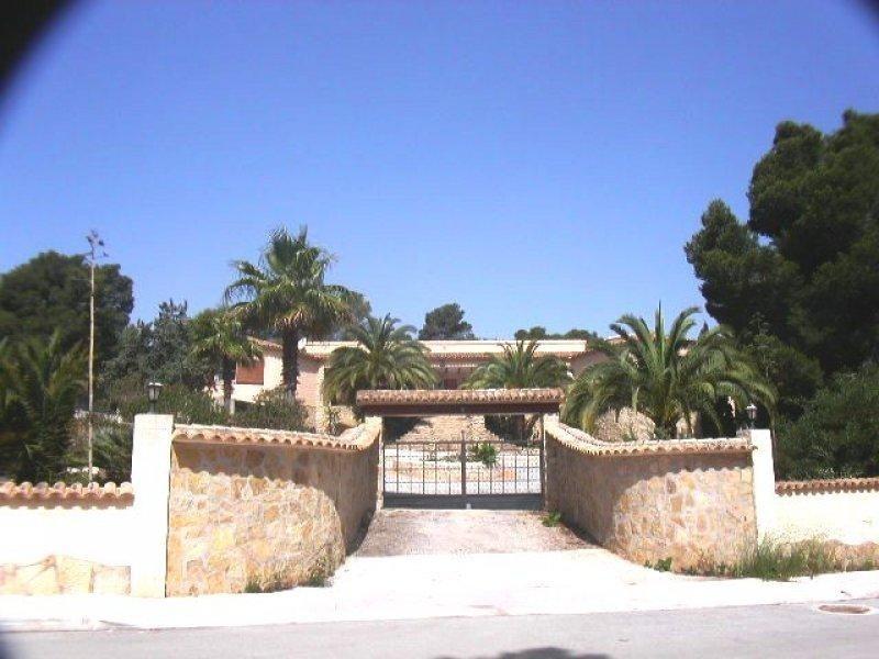 Вилла 210 кв. метров с красивым садом в Бениссе
