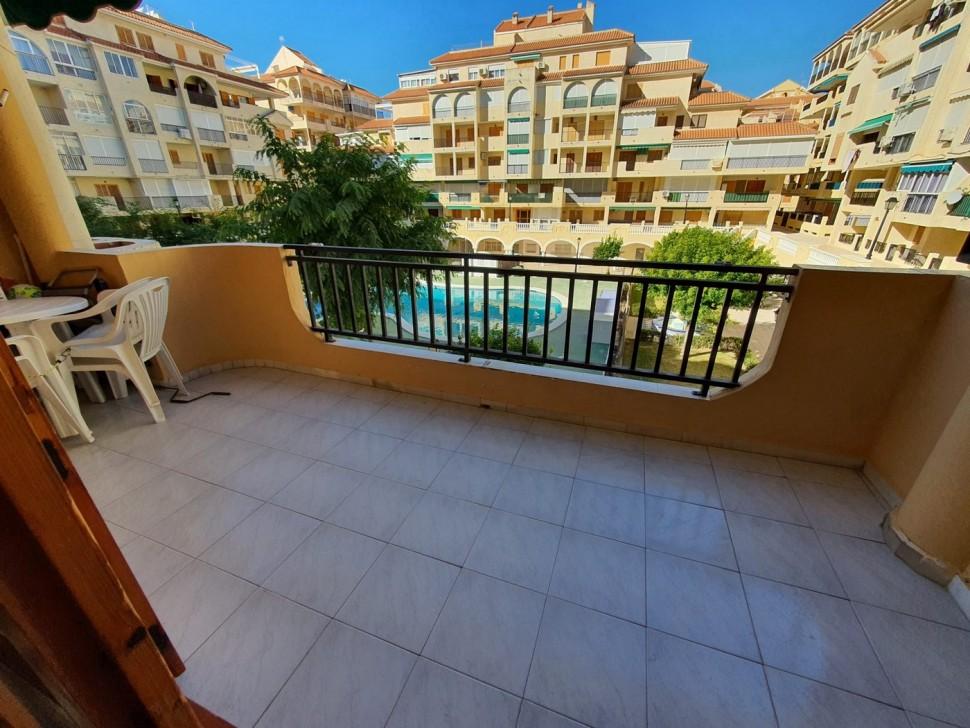 Квартира с большой террасой и видом на бассейн в Ла Мата