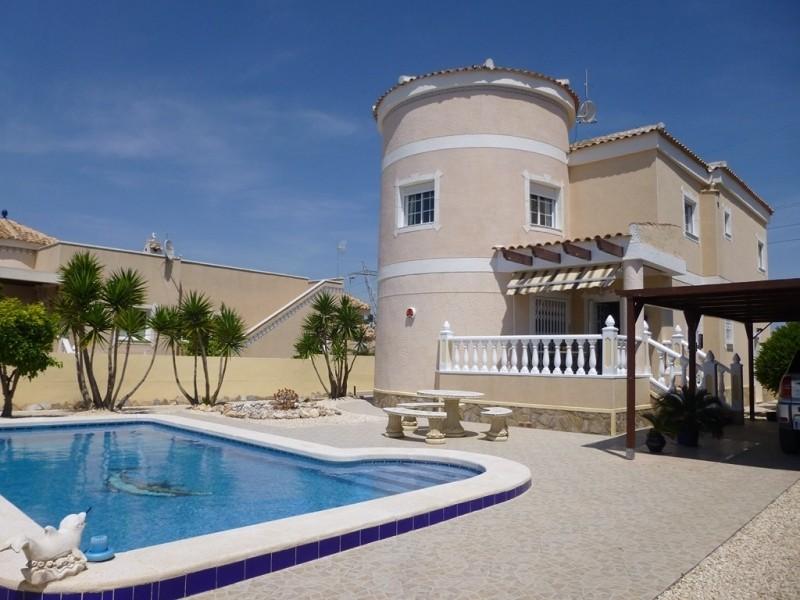 Большая вилла с бассейном в городке Ла Марина